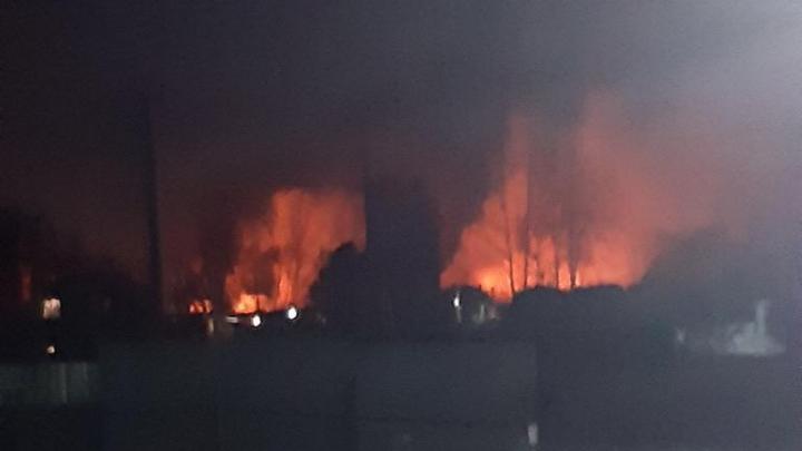 «Горит второй день»: у кирпичного завода полыхает незаконная свалка