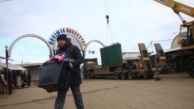 С охапкой барахла под взором ОМОНа: на Кировском рынке начали сносить вьетнамские ряды