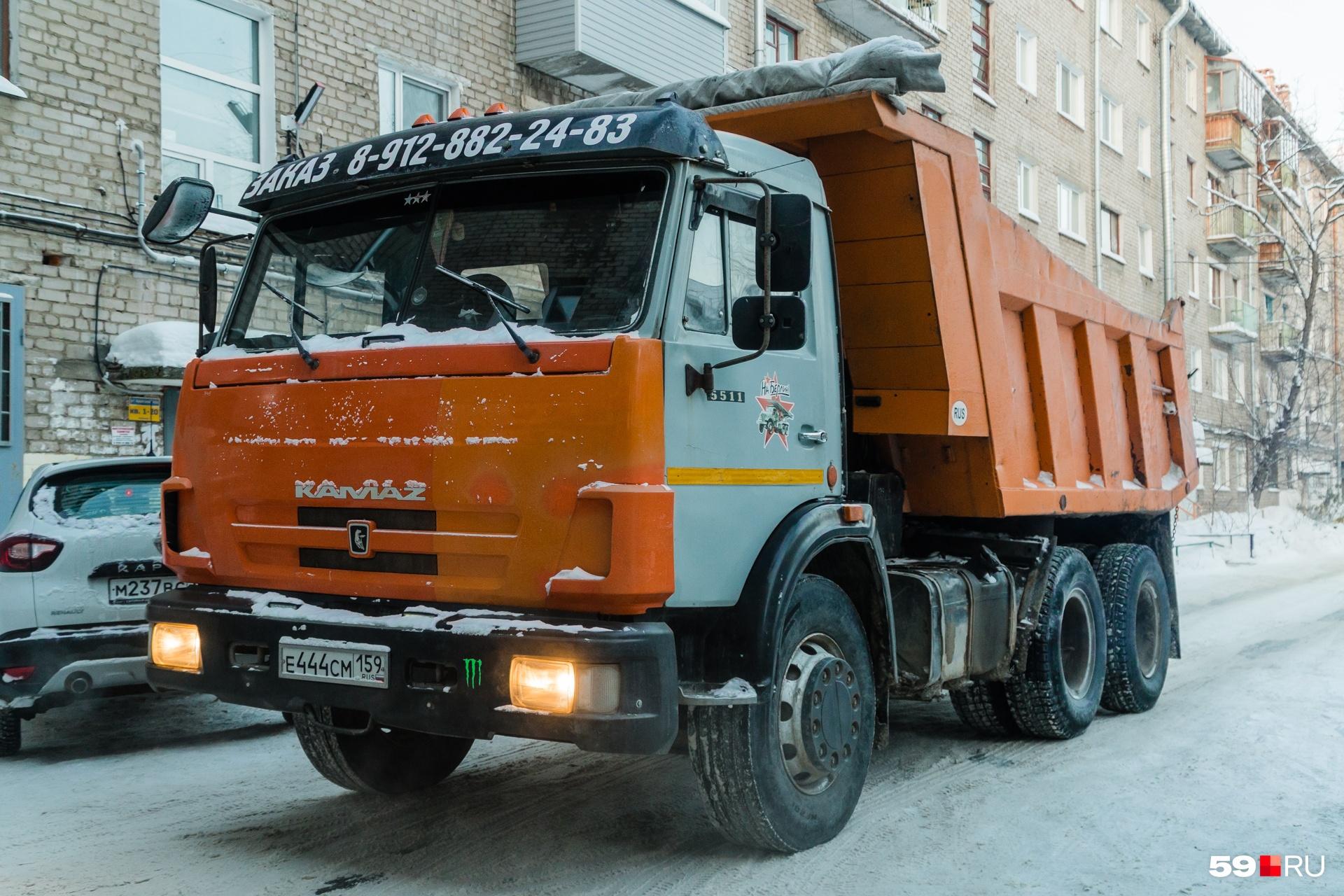 Чтобы вывозить мусор, к дому пригнали самосвал