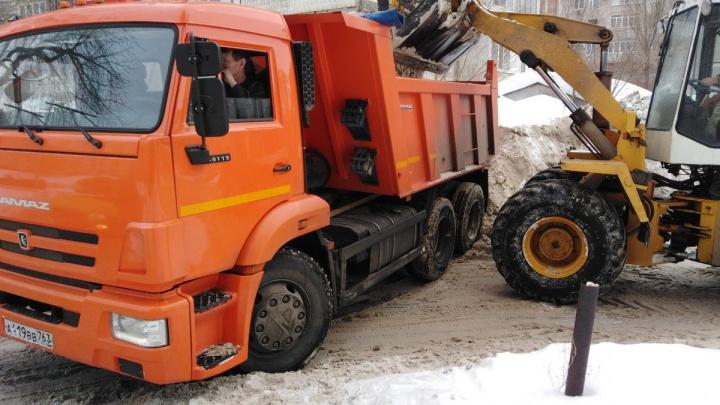 Миллион, миллион, миллион тонн снега: службы благоустройства в спешке убирают самарские дворы