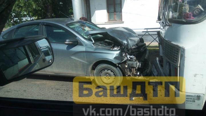 «Не уступил дорогу»: в Уфе «Лада-Веста» столкнулась с легковушкой и протаранила маршрутку