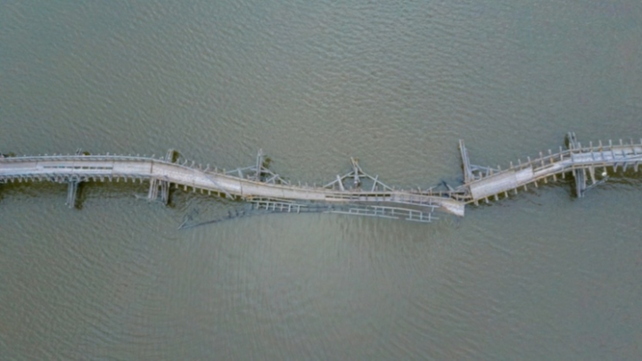 Жители Белорецка требуют починить самый длинный мост в России, который развалился прямо посередине