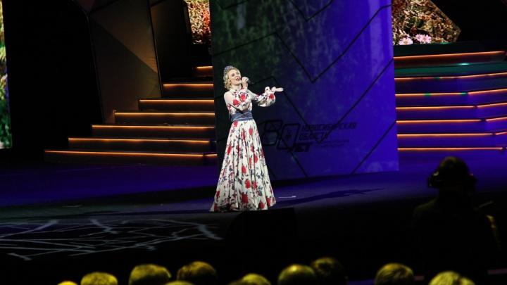 Пелагея и Толоконский вышли на сцену оперного театра на закрытом праздновании юбилея области