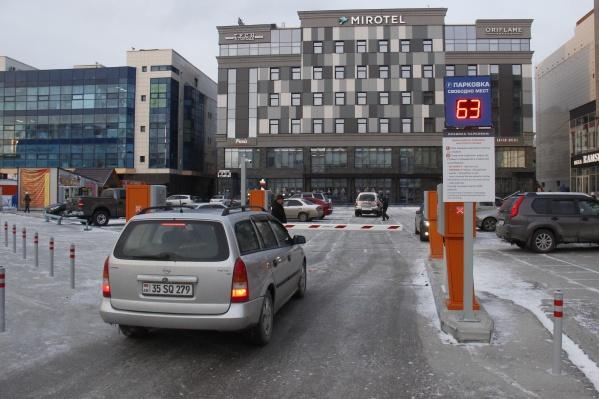 Чтобы расширить парковку, владельцы ГУМа закрыли ярмарку перед торговым центром
