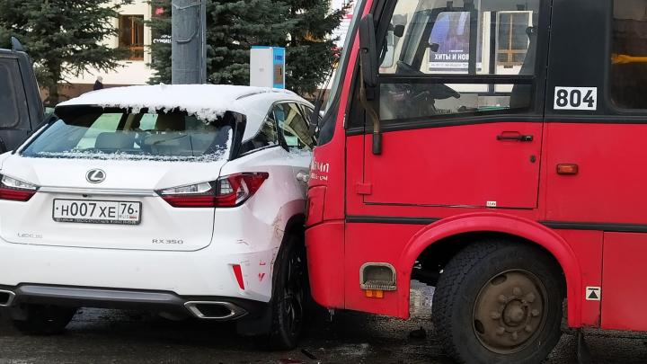 «Дорога — лёд»: в Ярославле маршрутка протаранила припаркованные на обочине автомобили