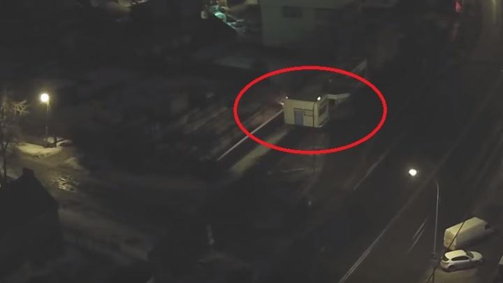 Магазин могли поджечь: на камеру уличного наблюдения попало начало пожара на Червишевском тракте