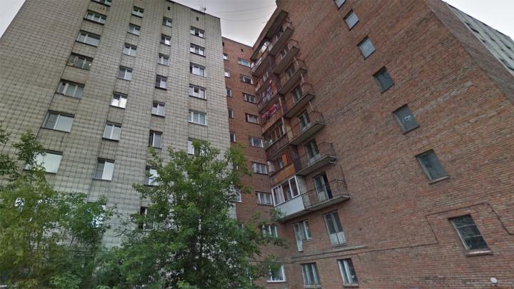 Девушка выпала с 9-го этажа общежития на Дмитрия Донского