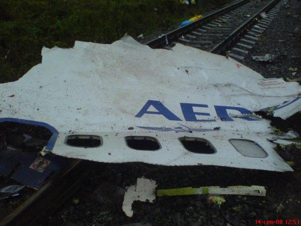 Обломки самолета были раскиданы по железной дороге, но сами пути не пострадали
