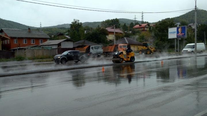 На Свердловской дорожники укладывали асфальт в дождь