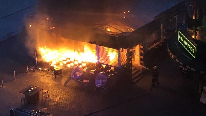 Черный дым на всю улицу: в центре Екатеринбурга загорелась летняя веранда кафе«Grand Урюк»