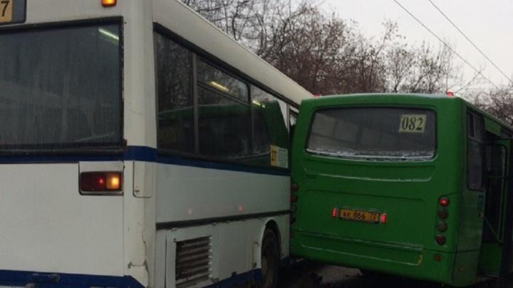 Во Втузгородке из-за столкнувшихся автобусов выросла большая пробка