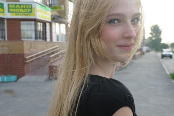 Узнаете эту школьницу? Еще бы. После начала модельной карьеры её внешность сильно изменилась. И дело не только в грамотном макияже. Листайте вниз, чтобы узнать, кто это