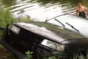 Иномарка сутки проплавала в реке Черёмухе