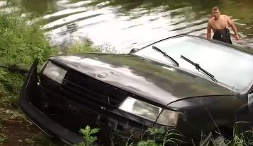 Отказали тормоза: в Ярославской области целые сутки иномарка плавала в реке