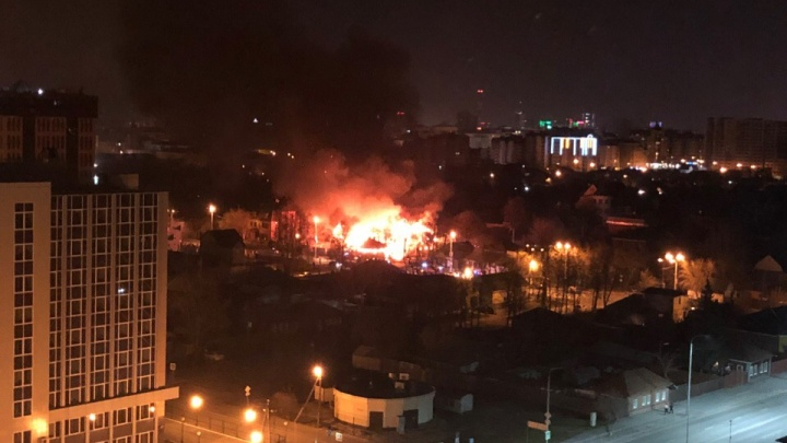 Из-за вспыхнувшей бани в Тюмени сгорели три дома