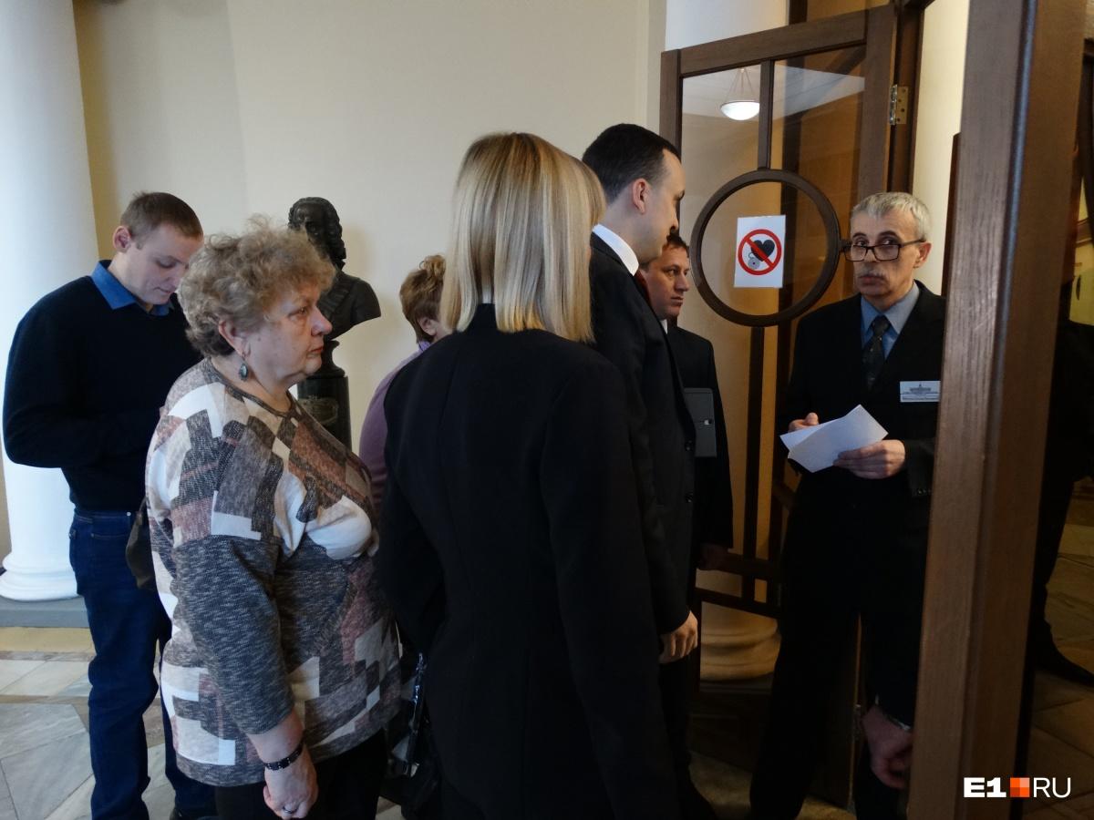 На совещание о ситуации вокруг маршруток № 024 пришли чиновники, депутаты, а также жители Сортировки и Вторчермета