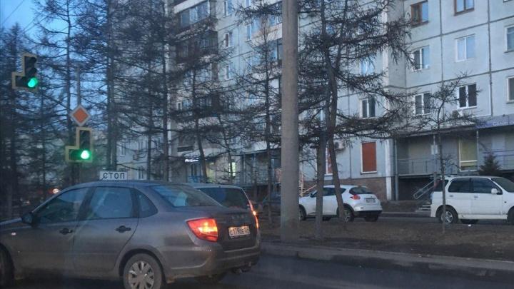 Мелкая авария на Металлургов перекрыла движение и спровоцировала пробку на проспекте