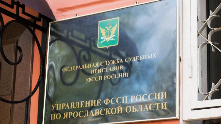 Машинам не разъехаться: в Ярославле женщина поставила забор прямо на проезжей части