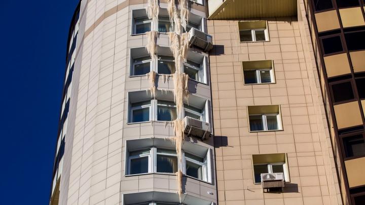 На доме с «Бахетле» выросла шестиэтажная сосулька