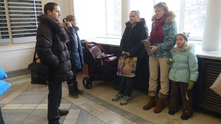 Екатеринбуржцы предложили чиновникам посидеть с детьми, которых не пускают в школы и садики