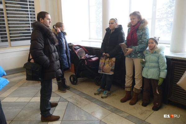 Горожане пришли в здание администрации Екатеринбурга, чтобы передать обращение и предложить сотрудникам мэрии посидеть с их детьми