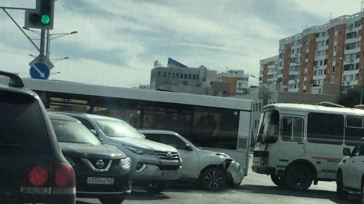 Образовалась пробка: на Московском шоссе — Димитрова столкнулись шесть машин