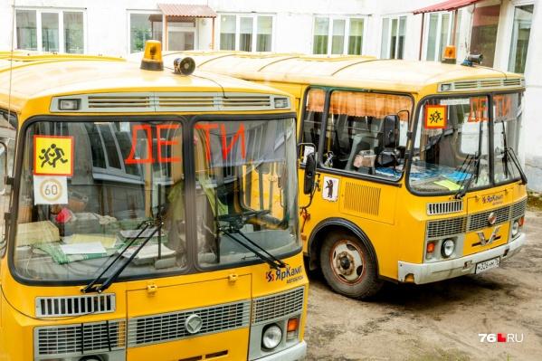 На одном из похожих автобусов везли детей, когда у него пошёл дым из-под колеса
