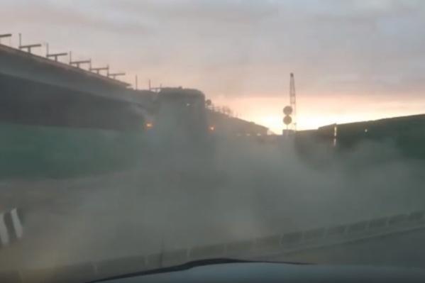 Вот в такую пылевую завесу попал с утра автомобилист