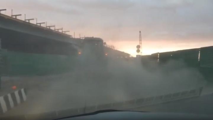 «Подняли пыль»: тюменец снял на видео, как убирают строящийся участок развязки на Монтажников