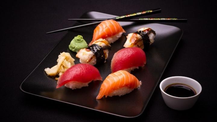 Суши и роллы по японской технологии: мастера используют рыбу, которая не подвергалась заморозке