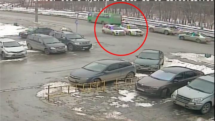 За секунду до этого ее подрезал Mercedes: камеры сняли, как на Вторчермете перевернулась Lada