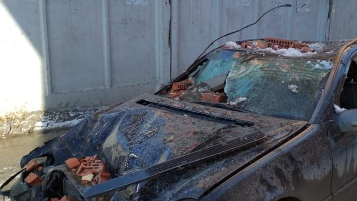 С новостройки на Костычева упали кирпичи: они разбили проезжающий автомобиль