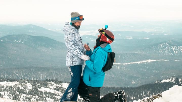 Романтика высот: омич сделал предложение своей девушке на вершине горы в Шерегеше