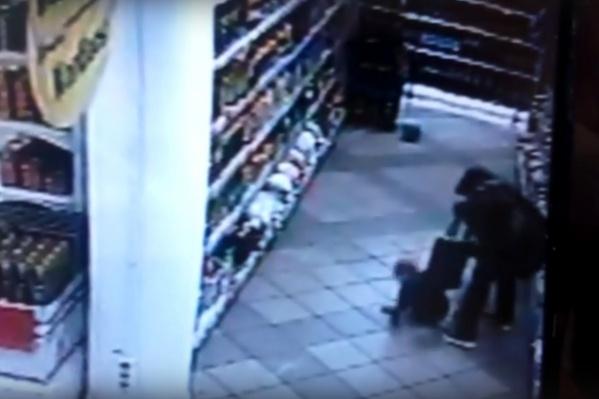 Разъяренная женщина несколько раз ударила ребенка по голове и пнула ногой