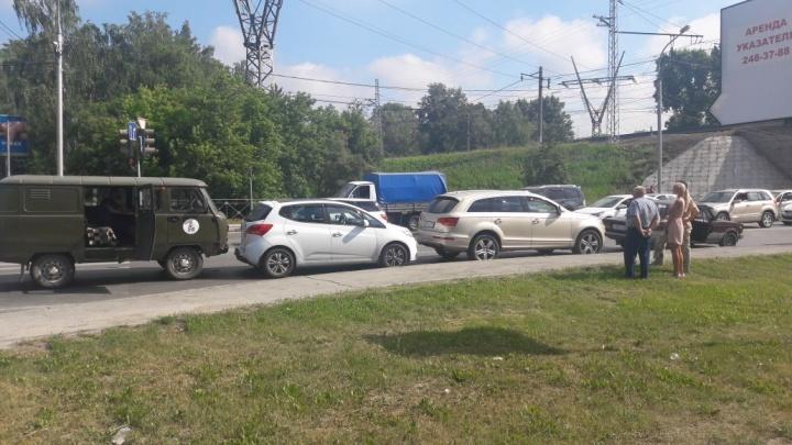 УАЗ собрал «паровоз» из автомобилей на проспекте Строителей