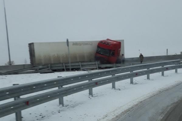 «Автомобилистам приходится съезжать на поворот к Котлубани, а потом через выезд на Москву возвращаться на дорогу»
