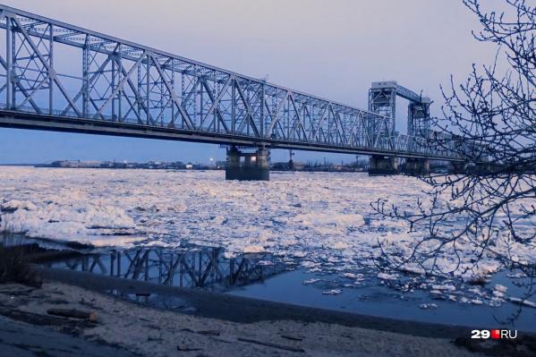 Железнодорожный мост — одна из самых популярных точек съемки ледохода