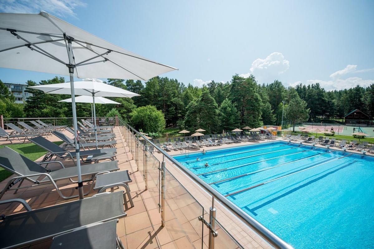Вода в летнем бассейне постоянно очищается и нагревается до плюс 28-30 градусов