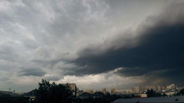 Страшная красота: житель Екатеринбурга снял субботний ураган в режиме timelapse