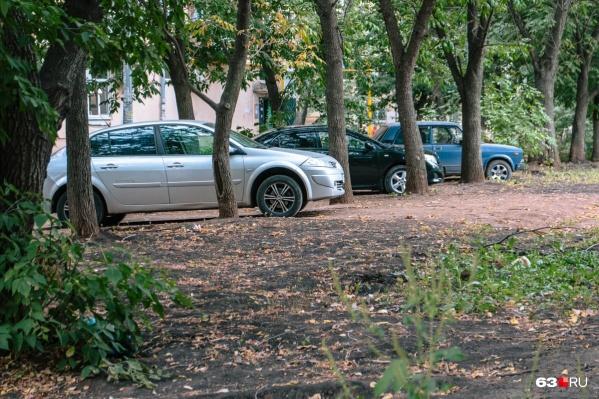 В самарских дворах все газоны заставлены машинами