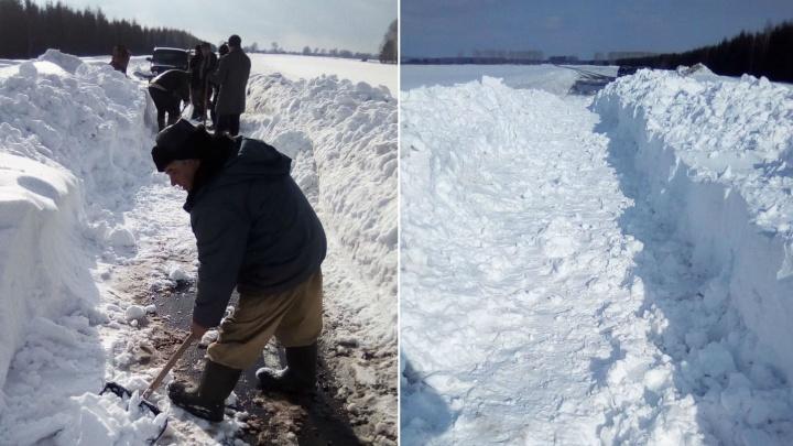 «Нам техника не нужна»: жители Башкирии сами расчистили дорогу к деревне