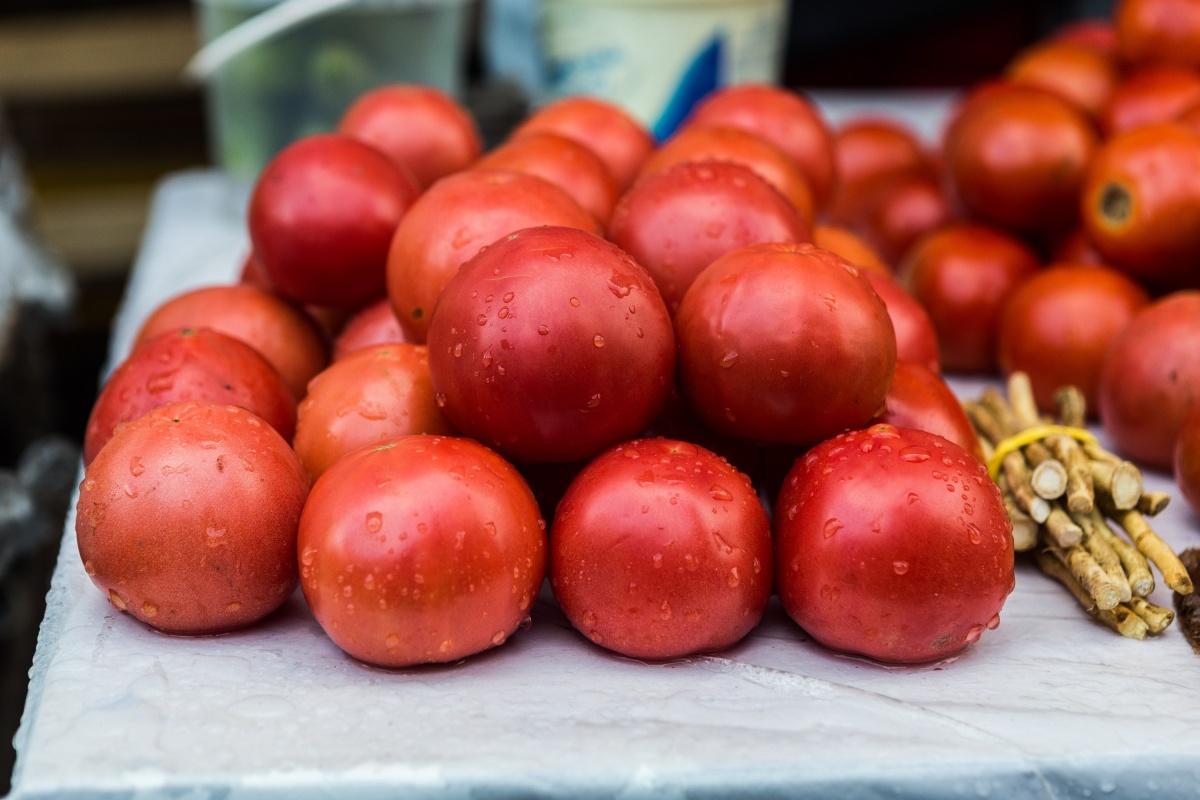 Бурые помидоры— 100 рублей за килограмм на Центральном рынке