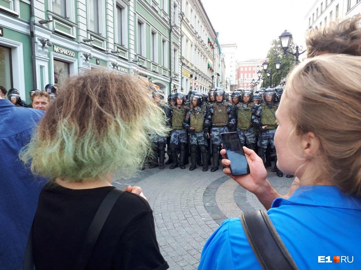 По словам девушки, в автозаке полицейские оскорбляли задержанных