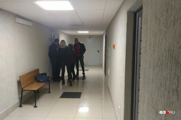 Группе поддержки Дмитрия Сазонова пришлось ждать итогов предварительного заседания в коридоре