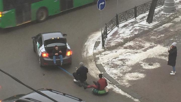 Дорожное видео недели: безумные покатушки по центру Екатеринбурга и куча ДТП из-за невнимательных водителей