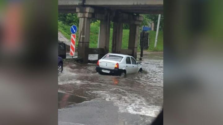 Для рисковых: в Рыбинске после ливня по дороге потекла река глубиной полметра