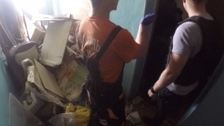 «Вы кто?» Из-под горы хлама в квартире спасатели вытащили дедушку в маске. Но он был им не рад