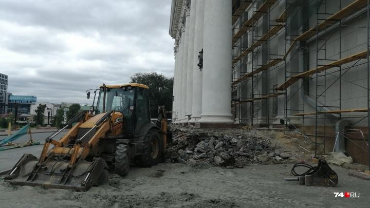 «Такое ощущение, что колонна упадёт»: челябинцев встревожил большой ремонт оперного театра