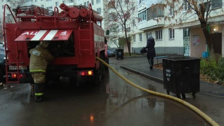 Двое молодых людей с ожогами: в Уфе из-за пожара в многоэтажке эвакуировали 18 человек
