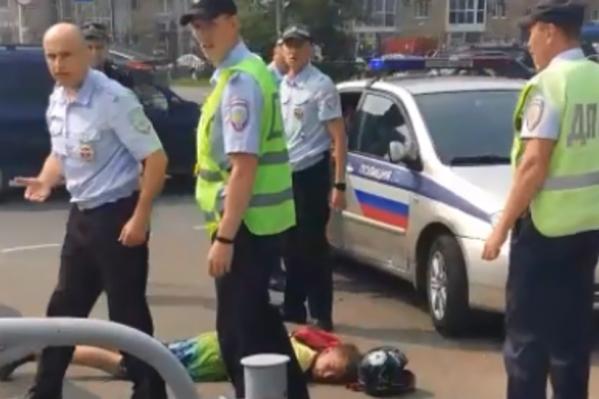 Вокруг молодого мотоциклиста собралась толпа полицейских